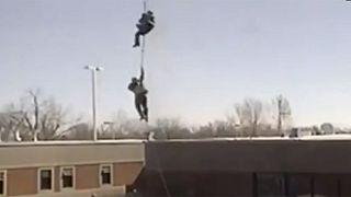 شاهد....سجينان كنديان يتسلقان حبلا موصولا بهيليكوبتر للفرار من السجن