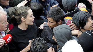 Angelina Jolie encontra-se com migrantes na Grécia