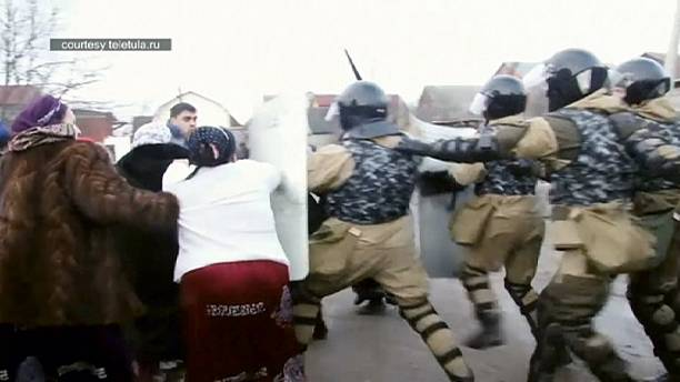Russia: Gas row sparks clashes between riot police and Roma