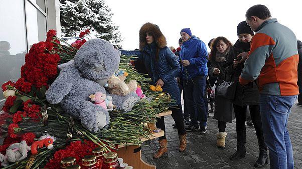 Douleur des familles à l'aéroport de Rostov-sur-le-Don