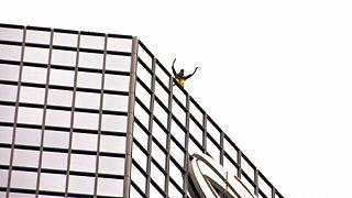"""Французский Спайдерман покорил башню """"Тоталь"""" в Париже"""
