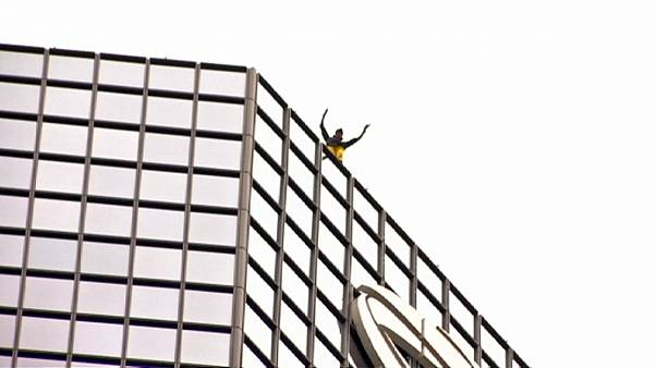 Französischer Spiderman klettert Pariser Wolkenkratzer hinauf