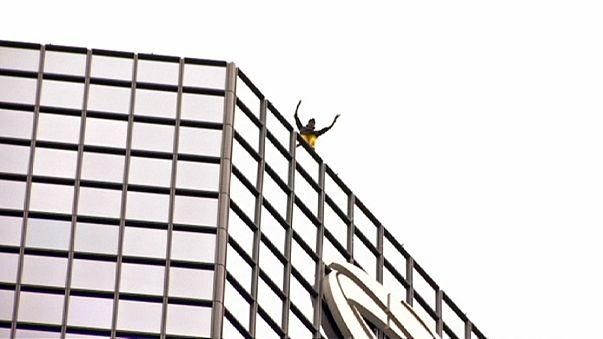"""El """"Spiderman francés"""" escala una torre de 187 metros del barrio de negocios de París"""