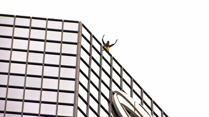 """مرد عنکبوتی فرانسه از برج """"لدفانس"""" در پاریس بالا رفت"""
