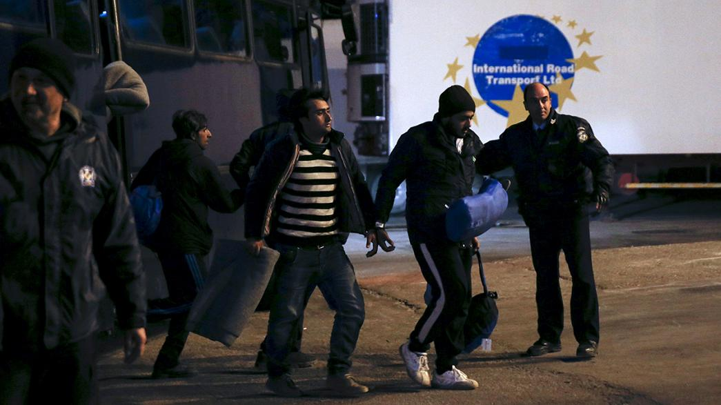 Lesbos: In Handschellen auf Fähre nach Athen