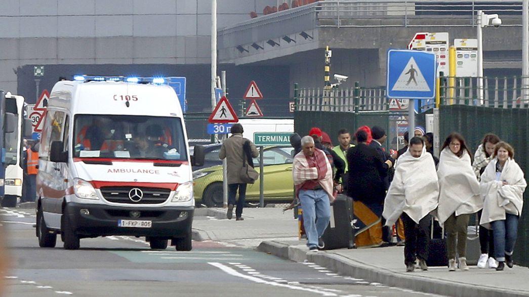 """""""Una explosión fue justo debajo de nuestras cabezas"""", explica una mujer en el aeropuerto de Bruselas"""