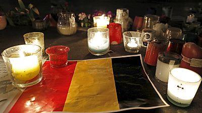 Bruxelas: Praça da bolsa é o centro da solidariedade e homenagem às vitimas dos atentados
