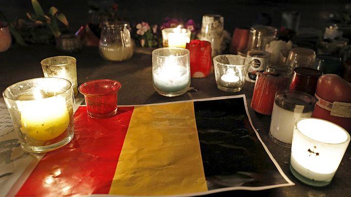 Bruxelles. Place de la Bourse come République a Parigi, candele e solidarietà
