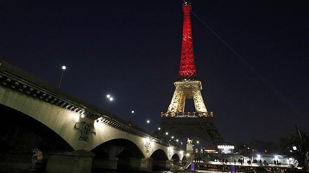 Nero, giallo, rosso, i colori del Belgio sulla Tour Eiffel. Parigi rivive il dolore del 13/11/15