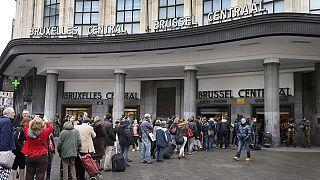 مردم بروکسل زندگی روزانه خود را با حس ناامنی و همبستگی از سر می گیرند