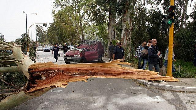 Κρήτη: Ισχυροί άνεμοι στο νησί – Νεκρός οδηγός στα Χανιά – Κλείνουν και τα σχολεία