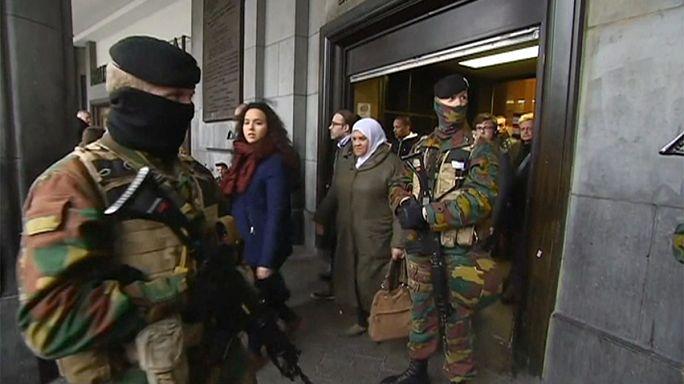 Brüksel'de sıkı güvenlik önlemleri, yolcular çantaları aranarak istasyonlara alınıyor