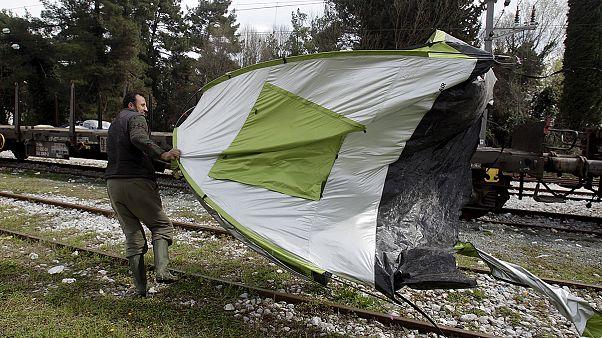 Ειδομένη: «Μάχη» με τον άνεμο δίνουν πρόσφυγες και μετανάστες