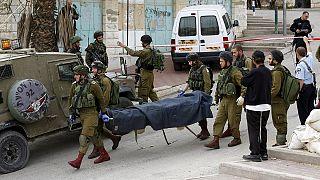 Felfüggesztettek egy izraeli katonát, aki fekvő emberbe lőtt