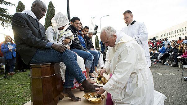 Le pape François lave les pieds de migrants lors du Jeudi Saint