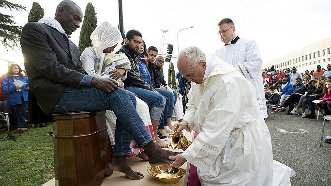 Papa Francis Müslüman mültecinin ayağını yıkayıp öptü