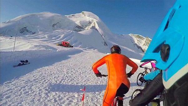 سباق دراجات هوائية من على مرتفعات جبلية سويسرية