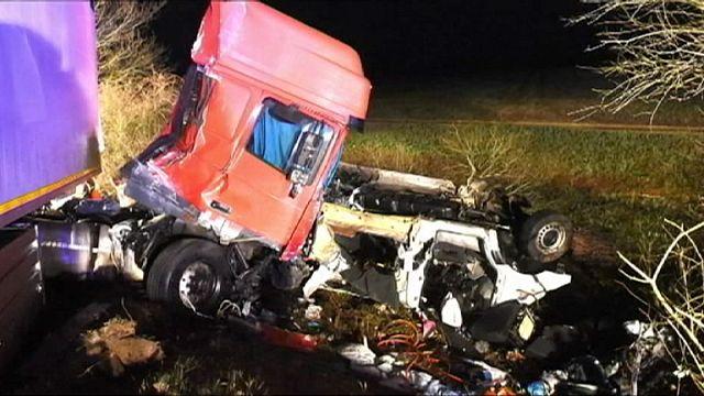 Douze morts sur une route française: le fourgon et son jeune conducteur au coeur de l'enquête
