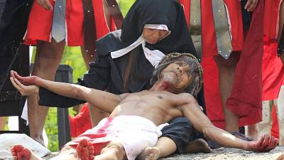 Philipines: Real -life crucifixion to commemorate the suffering of Christ