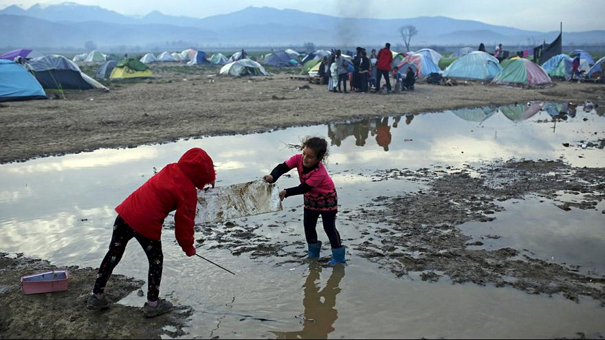 Felszámolják a görög hatóságok a menekülttábort Idomeninél