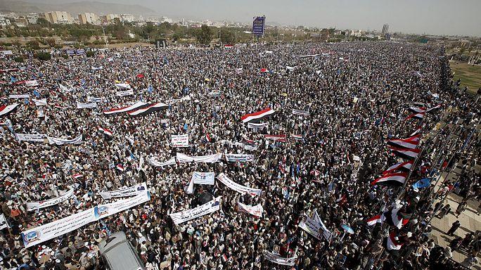 اليمن: عشرات الالاف يتظاهرون في الذكرى الاولى لحملة تحالف عسكري تقوده السعودية
