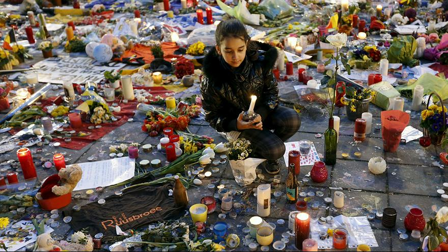 Bruxelles: gli omaggi lasciati a Place de la Bourse raccolti per essere esposti