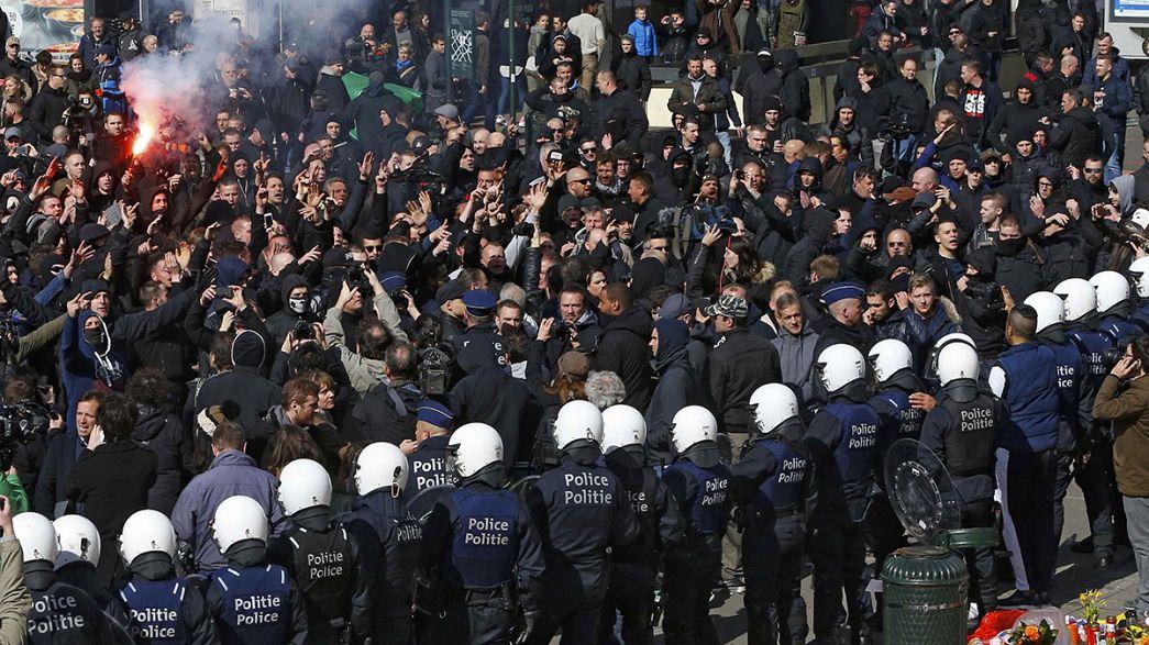 Bruxelles, tensione in Place de la Bourse: polizia respinge gruppi di hooligans