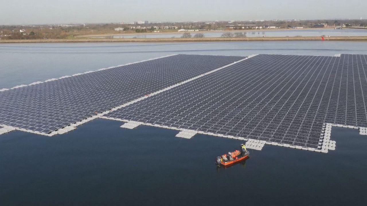 Vízen lebegő napelem-farm