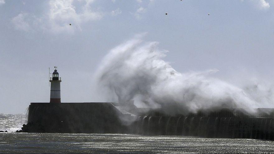 عاصفة كايتي تخلف أضرارا جنوب بريطانيا