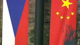 Guerra de banderas con motivo de la visita del presidente chino a Praga