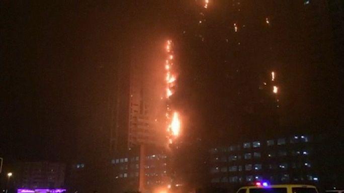 Impresionante incendio en un bloque de edificios en los Emiratos Árabes Unidos