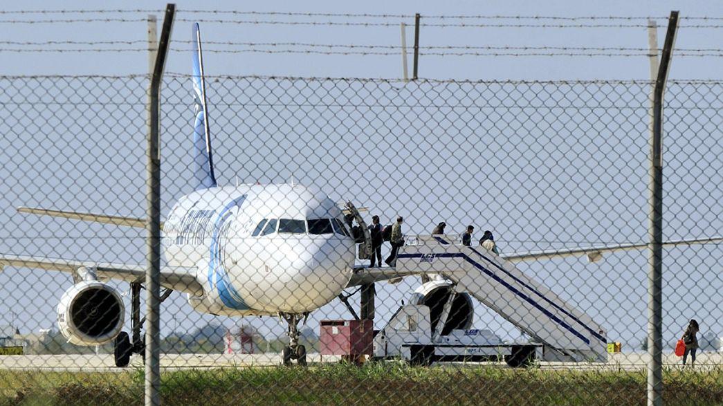 Mısır Havayolları'na ait yolcu uçağını kaçıran kişi teslim oldu