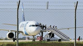 Terminou o sequestro do avião da EgyptAir: pirata do ar entregou-se
