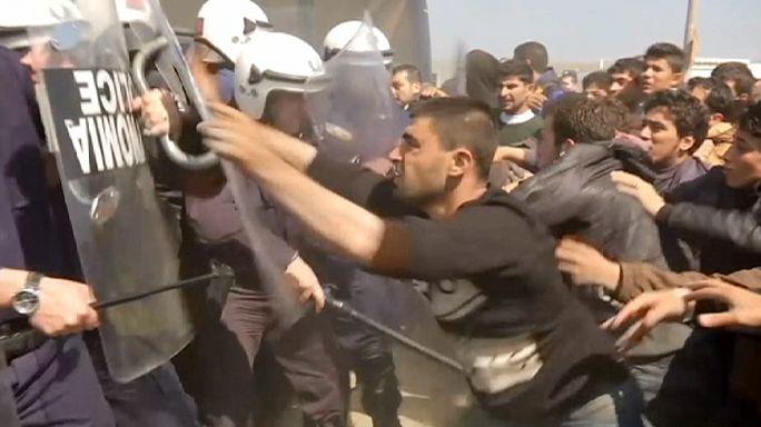مواجهات عنيفة بين قوات الشرطة اليونانية ومئات المهاجرين