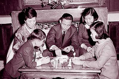 Park Geun-hye (right, back row) with her late father and former President Park Chung-hee (center), mother Yook Young-soo (left), sister Park Geun-young and brother Park Ji-man during her school days.