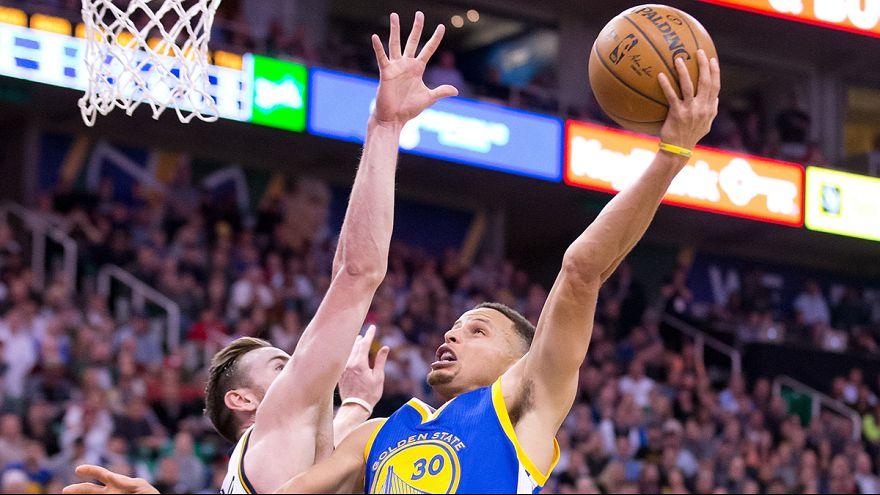 Los Warriors mantienen su racha ganadora pese a sufrir ante los Jazz