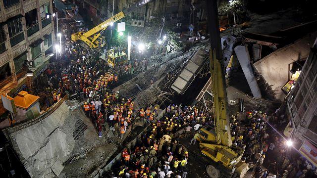 Индия. Спасатели в Колкате ищут выживших под завалами обрушившейся эстакады