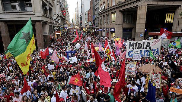 Miles de personas se manifiestan en Brasil en contra del proceso político para destituir a Dilma Rousseff