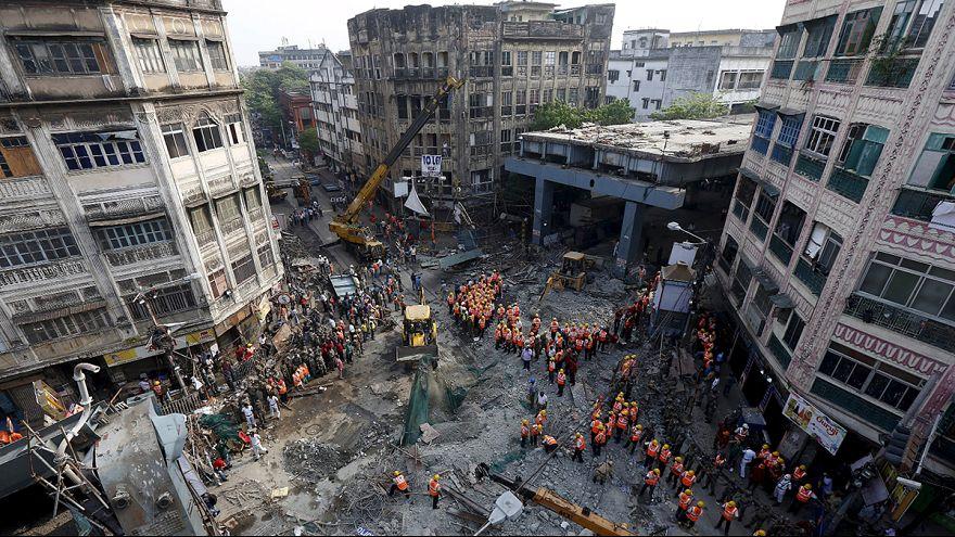 Már 23-an meghaltak a leszakadt indiai felüljáró tragédiájában