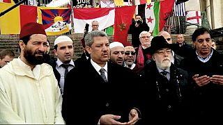 جنبا إلى جنب مسلمون و يهود يُصَلُّون و يقفون دقيقة صمت في ساحة البورصة في بروكسل