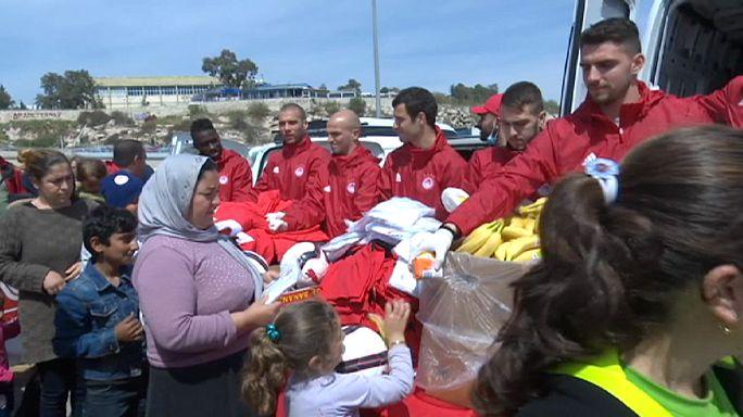 Мигрантам в порту Пирей помогают футболисты
