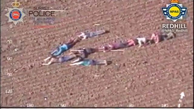 Une flèche humaine dans un champ pour aider la police