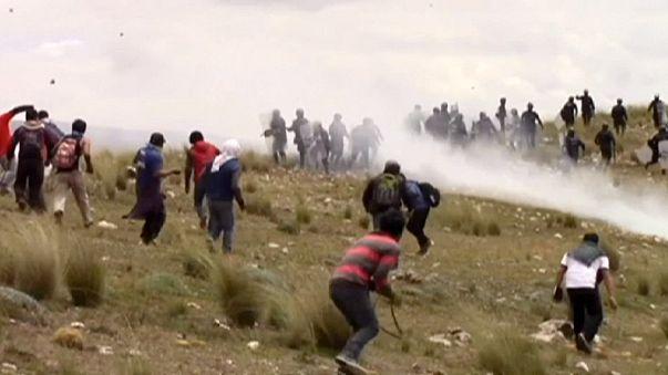 Túszokat is ejtettek a tüntető perui egyetemisták