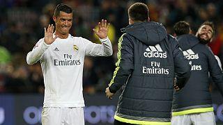 Liga: il Real Madrid vince a Barcellona. Al Camp Nou l'omaggio a Cruijff