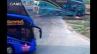 Tayland'da otobüs ve tren çarpıştı