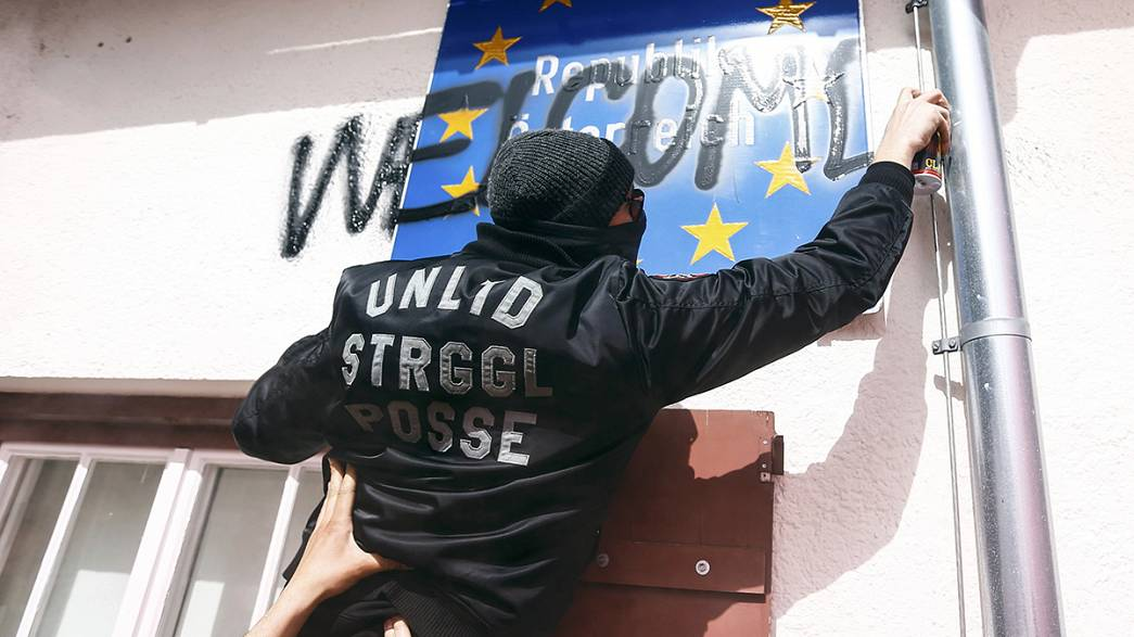 Confrontation at Brenner Pass during a pro-migrant rally
