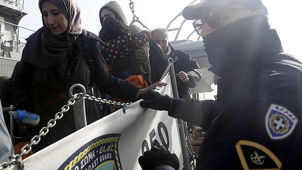 اليونان ترحل الدفعة الاولى من المهاجرين إلى تركيا