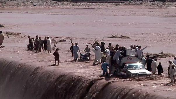 Félszáz halottja van a pakisztáni áradásoknak