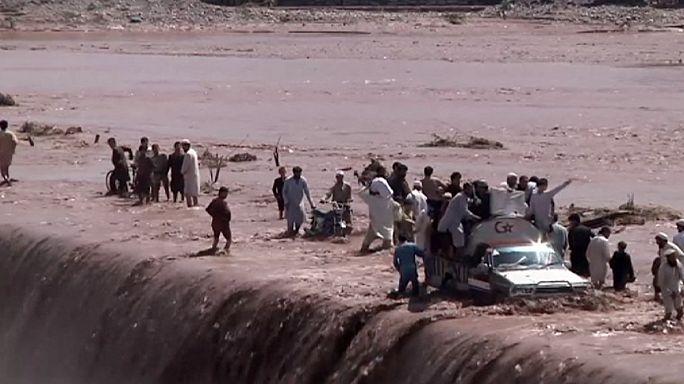 Pakistan'da şiddetli yağışlarda en az 63 kişi öldü