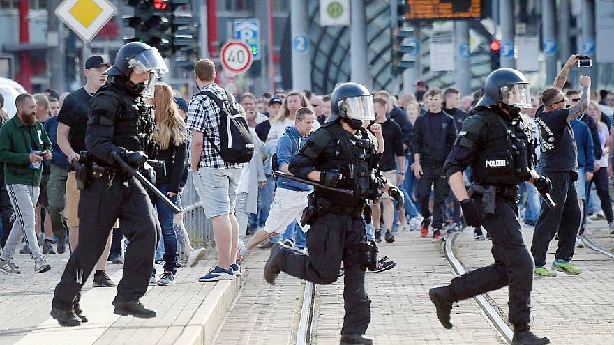 Image: Riot police cross the street in Chemnitz after the death of a 35-yea